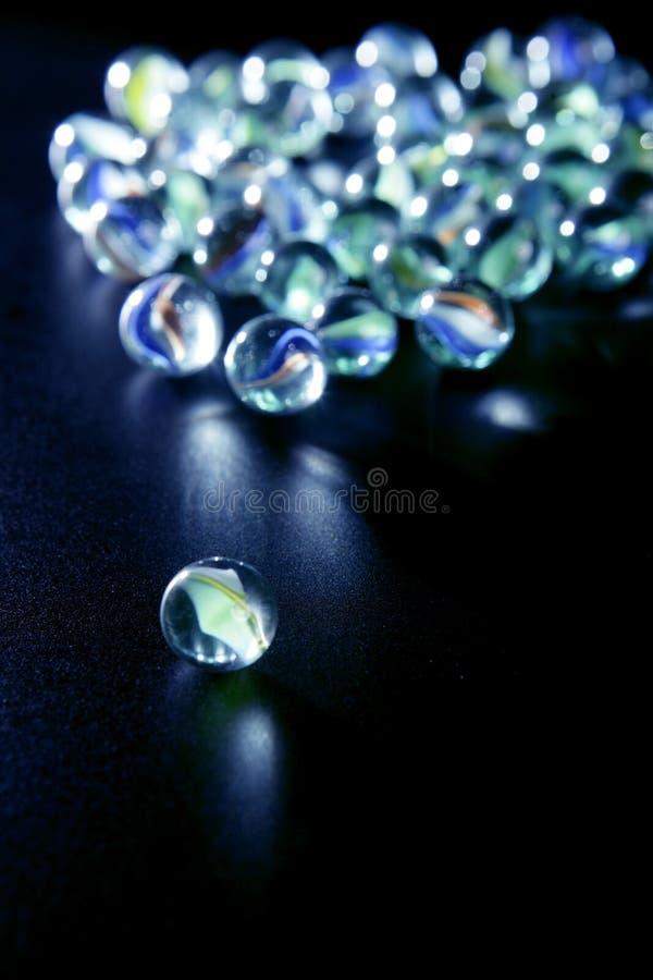 蓝色玻璃使反映有大理石花纹 库存照片