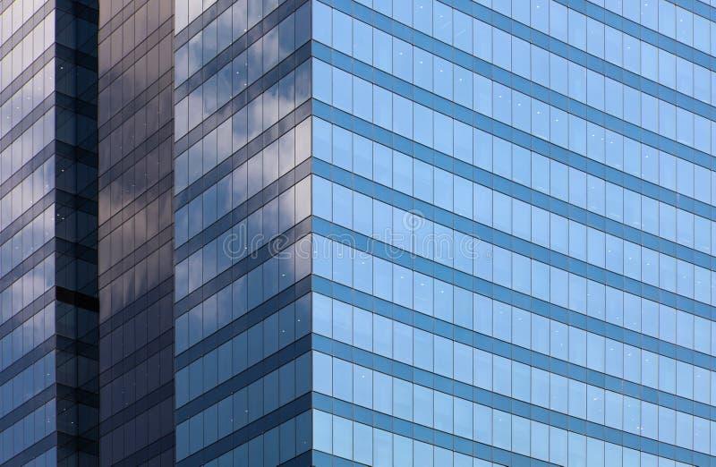 蓝色玻璃办公楼门面背景天视图 免版税库存图片