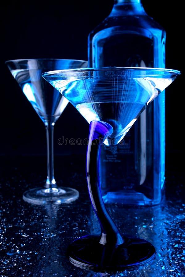蓝色玻璃马蒂尼鸡尾酒 库存图片