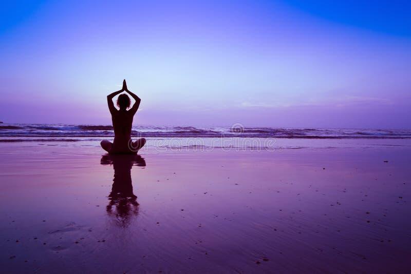 蓝色瑜伽背景 免版税库存照片