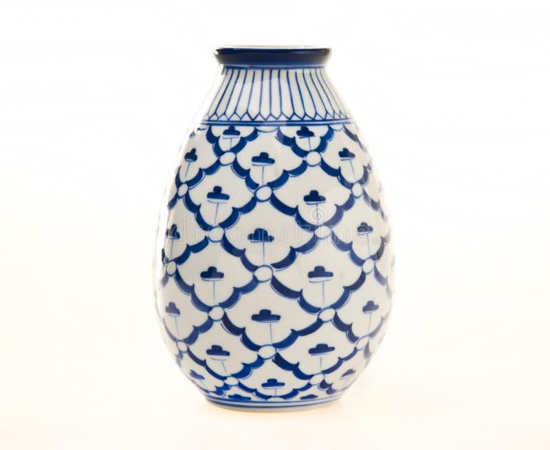 蓝色瓦器花瓶白色 免版税库存图片
