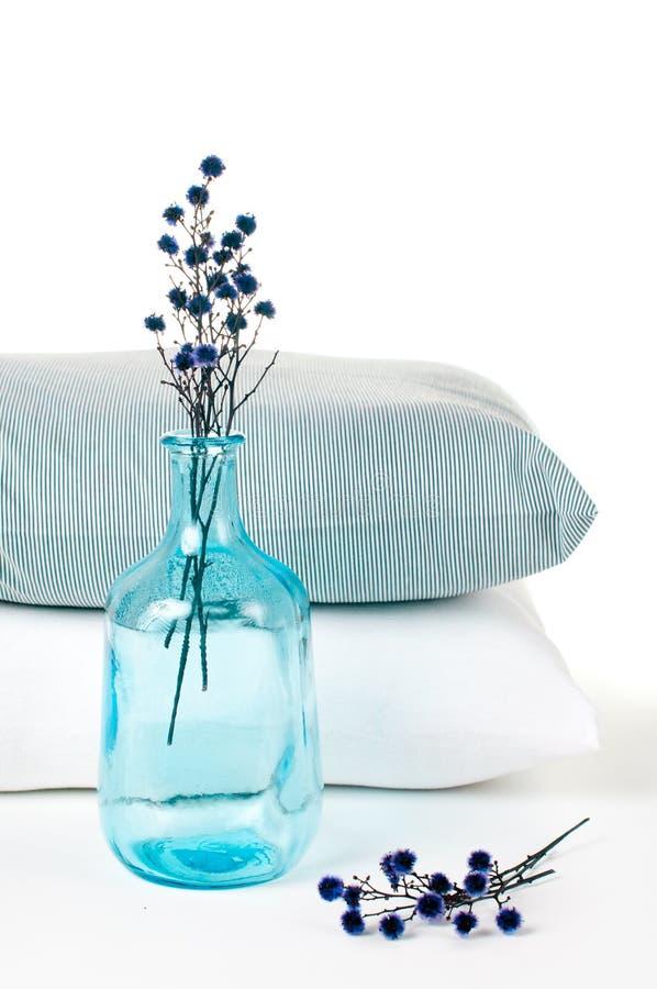 蓝色瓶把葡萄酒枕在 免版税库存照片