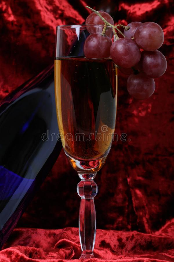 蓝色瓶酒,玻璃a 免版税库存照片