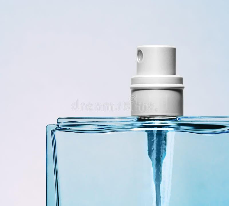 蓝色瓶香水 库存图片