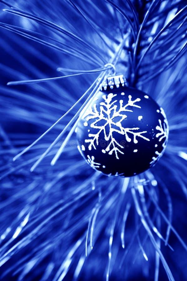 蓝色电灯泡圣诞节 免版税库存照片