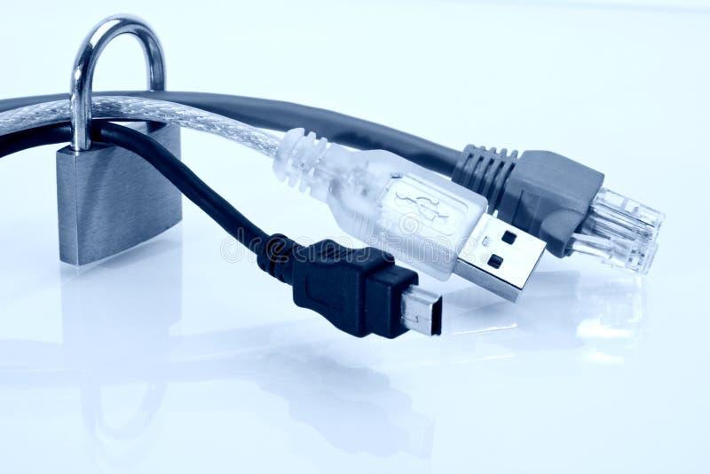 蓝色电缆被定调子的图象挂锁 免版税图库摄影