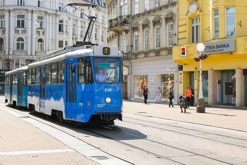 蓝色电车在萨格勒布的市中心 免版税库存图片