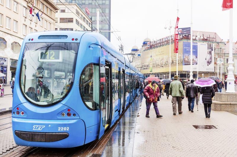 蓝色电车在萨格勒布,克罗地亚在一个雨天 免版税图库摄影