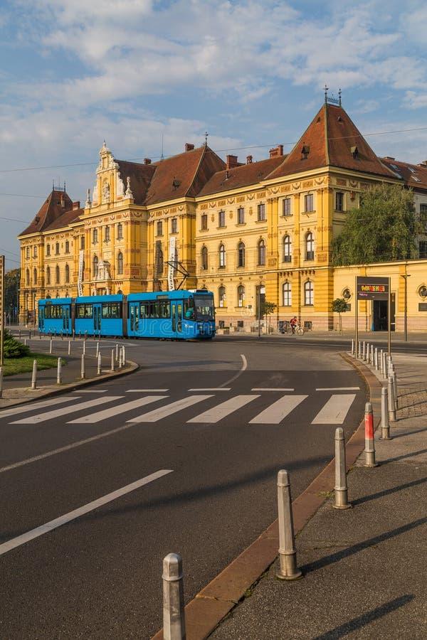 蓝色电车在萨格勒布 库存图片