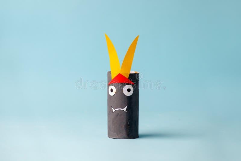 蓝色的万圣节妖怪万圣节概念背景的 纸工艺,DIY 手工造创造性的想法fron洗手间管,回收 免版税库存照片