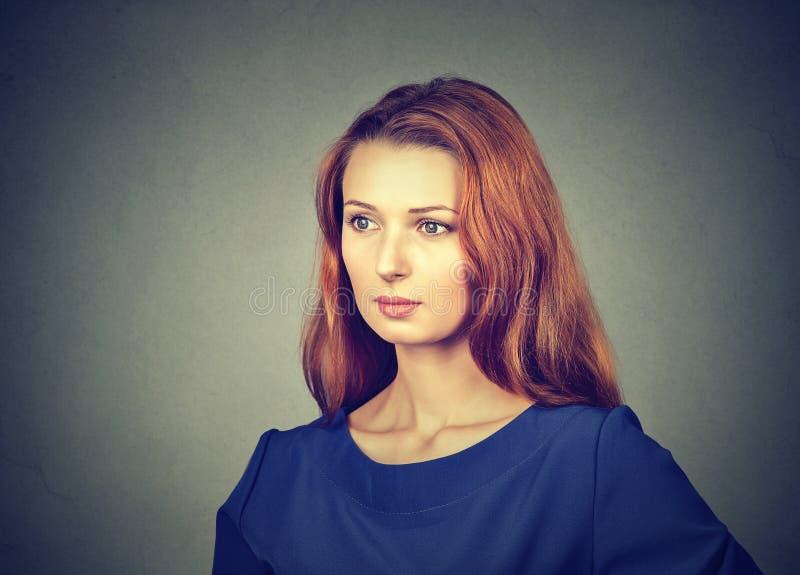 蓝色的美妙的红头发人妇女 免版税图库摄影