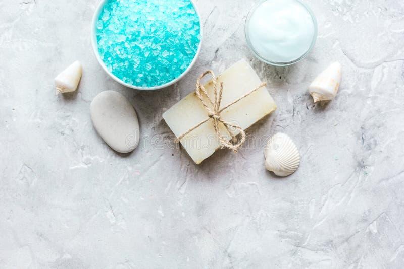 蓝色盐、润肤膏和壳温泉浴背景顶视图大模型的 图库摄影