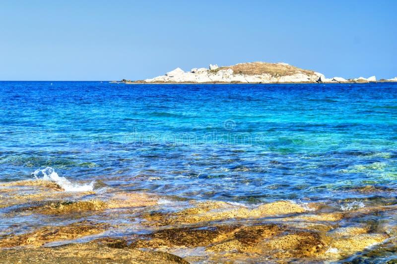 蓝色盐水湖、海和岩石在希腊海岛 库存图片