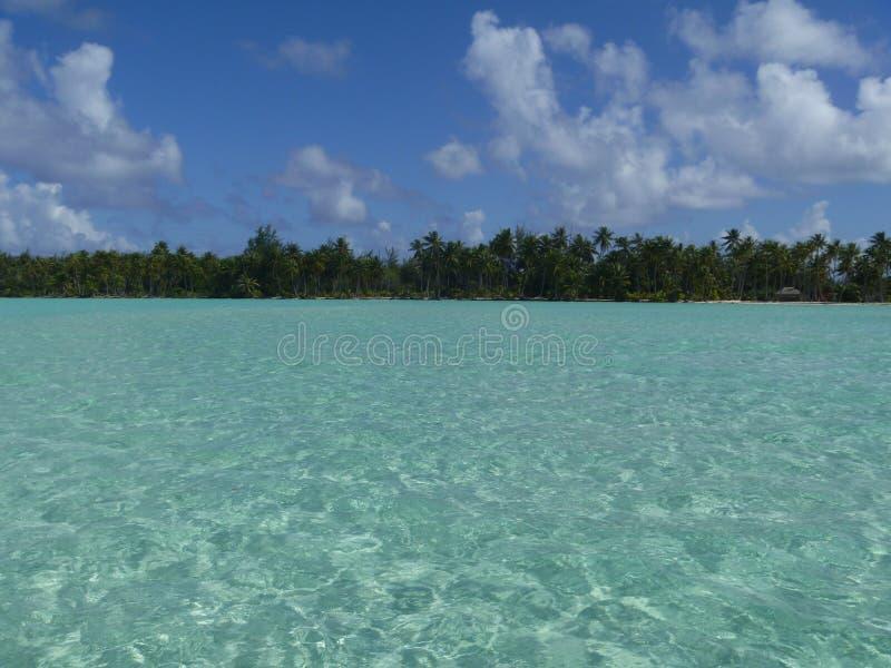 蓝色盐水湖在博拉博拉岛 免版税库存照片