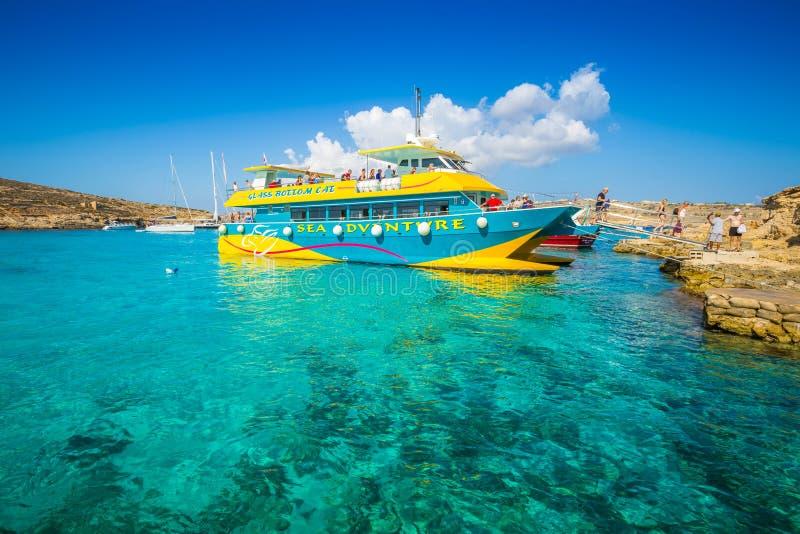 蓝色盐水湖,科米诺岛,马耳他- 2016年10月17日:到达在小船的访客和游人 库存图片