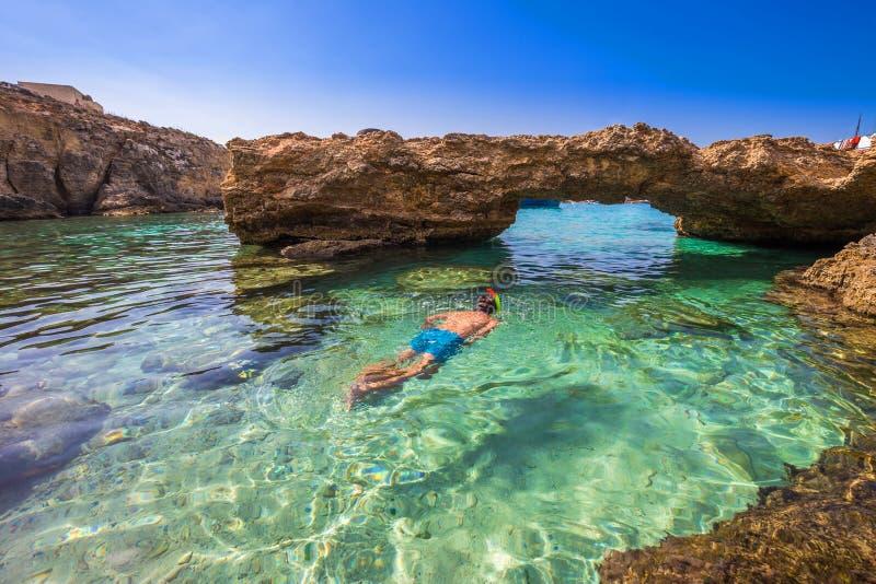 蓝色盐水湖,马耳他-蓝色盐水湖的洞的潜航的游人 免版税库存照片
