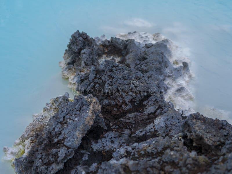 蓝色盐水湖岩石 免版税库存照片