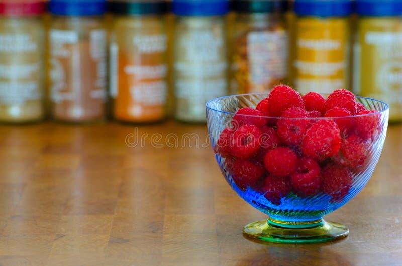 蓝色碗新鲜的莓 免版税库存图片