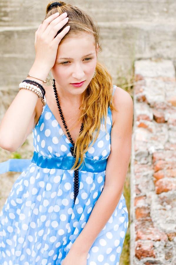 蓝色礼服方式女孩地点短上衣urbex 库存图片