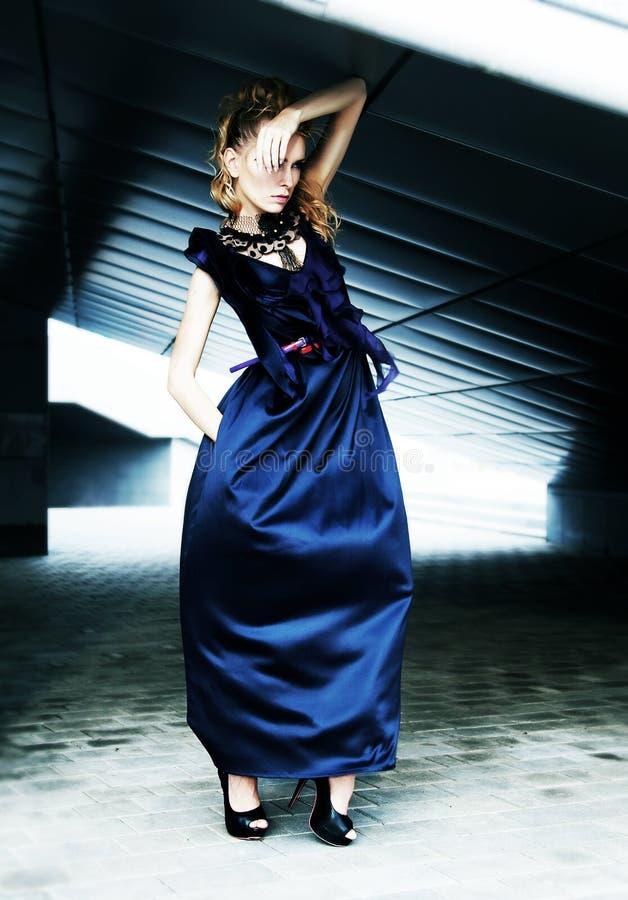 蓝色礼服时装模特儿 免版税库存照片