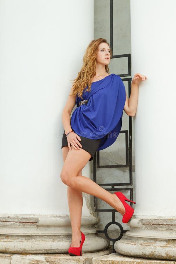 蓝色礼服的华美的女孩 免版税库存图片