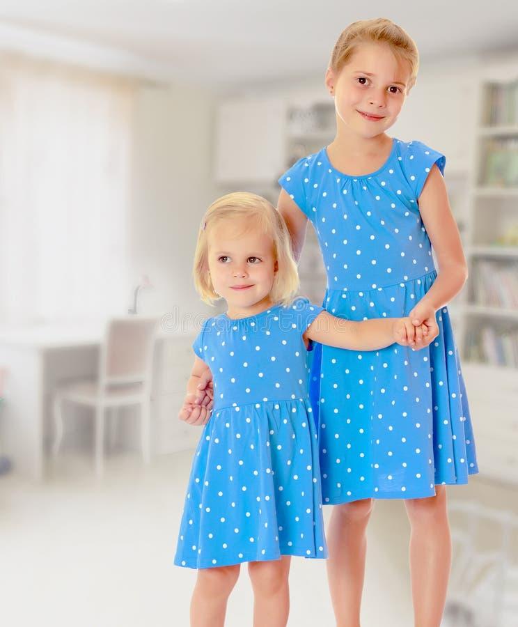 蓝色礼服的姐妹 免版税库存图片