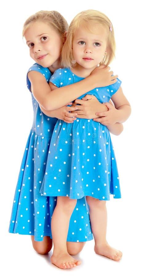 蓝色礼服的姐妹 免版税库存照片