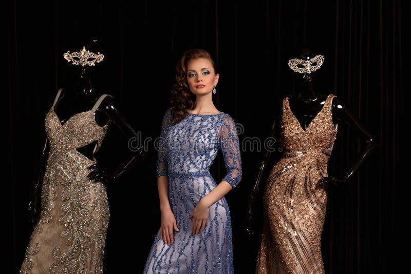 蓝色礼服的时髦的女人有假钻石的 库存照片