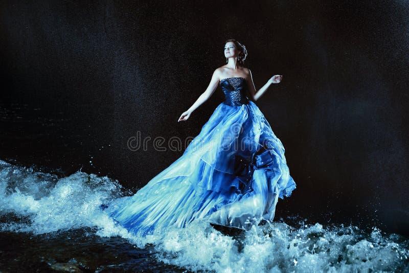 蓝色礼服的美丽的夫人 库存照片