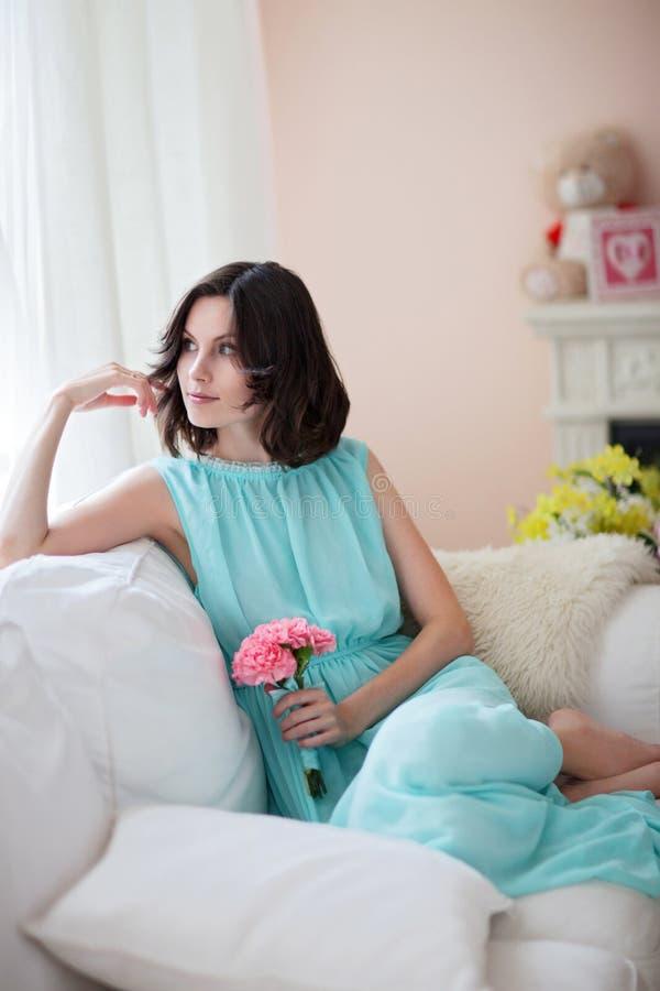 蓝色礼服的美丽的妇女 免版税库存照片