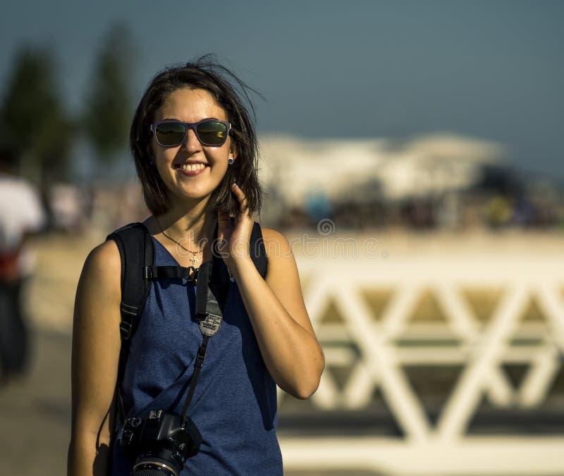 蓝色礼服的走在里斯本附近的年轻和可爱的妇女画象由城市 库存图片