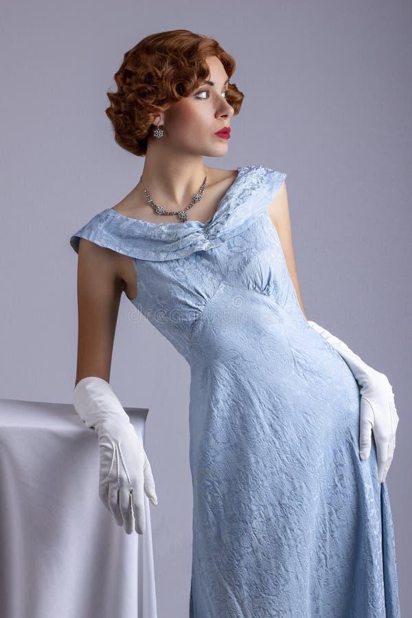 蓝色礼服的20世纪30年代妇女 库存图片