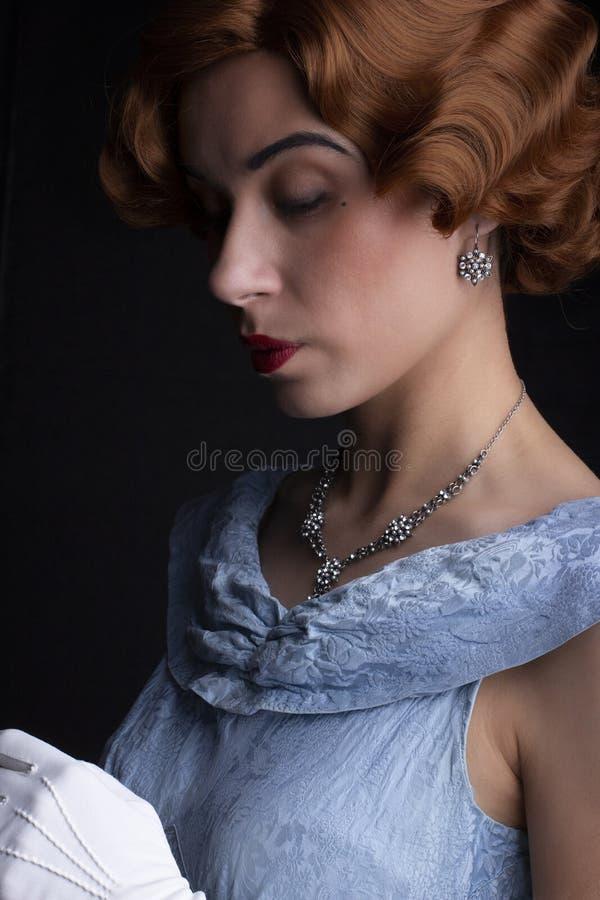 蓝色礼服的20世纪30年代妇女 免版税库存图片