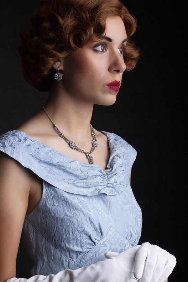 蓝色礼服的20世纪30年代妇女 免版税库存照片