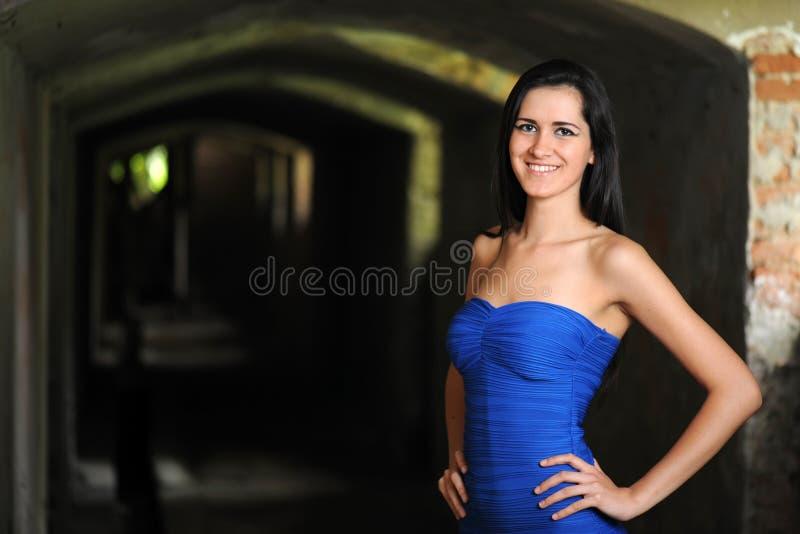 蓝色礼服的年轻性感的妇女 库存图片