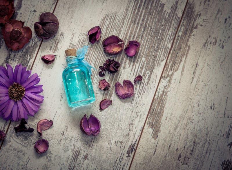 蓝色科隆香水和干燥花在被定调子的看法上 图库摄影