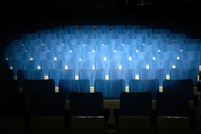 蓝色空座位剧院 库存图片