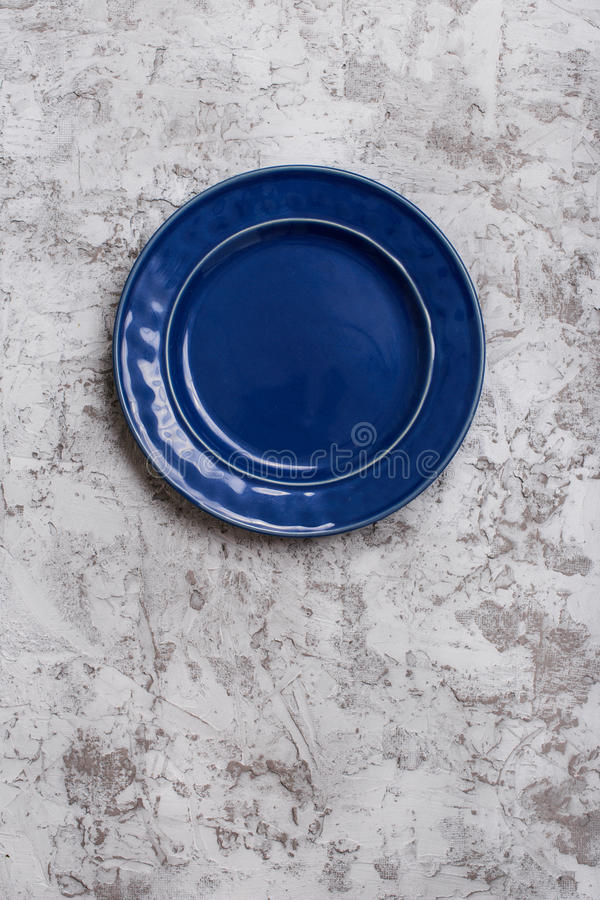 蓝色空的葡萄酒板材 库存照片