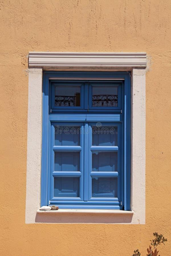 蓝色窗口在黄色房子,圣托里尼,希腊里 库存图片