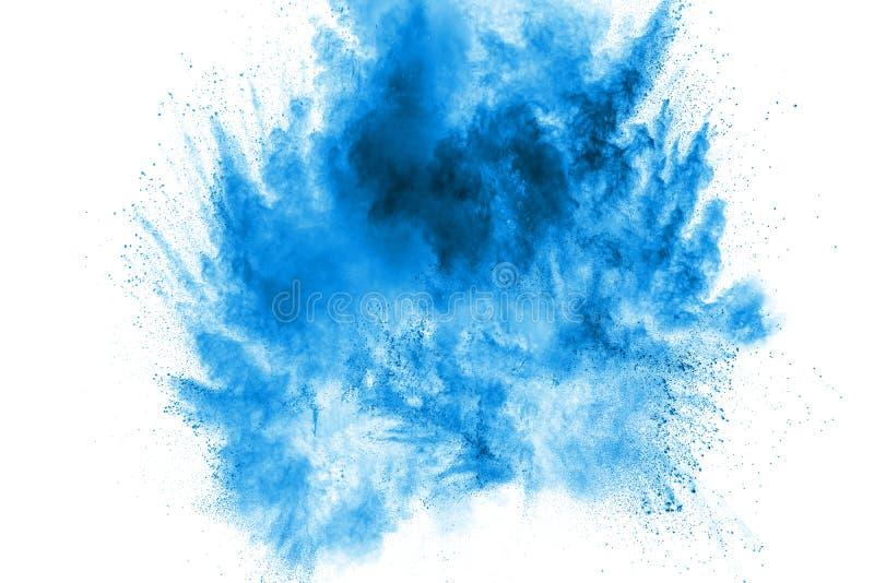 蓝色粉末的异常的形式爆炸在白色背景的云彩 被发射的蓝色微尘飞溅 免版税库存照片