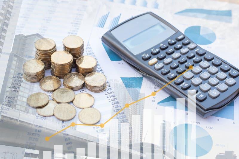 蓝色粉色图纸和模糊建筑背景上的硬币和计算器的双重曝光堆栈 商业、金融、市场 免版税库存图片