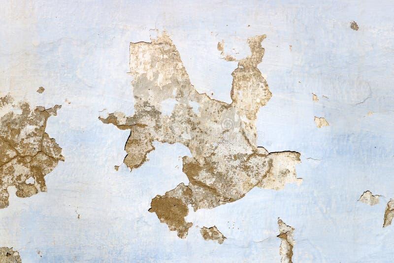蓝色纹理绘了有削皮油漆的老被风化的混凝土墙 抽象背景 库存照片