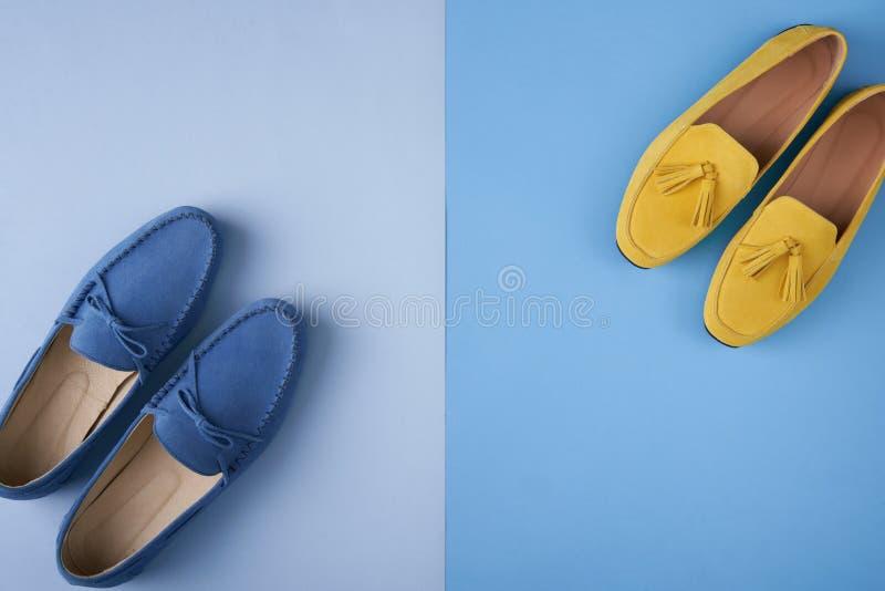 蓝色绒面革男人的和亚裔女子的在蓝色背景的鹿皮鞋鞋子 库存图片