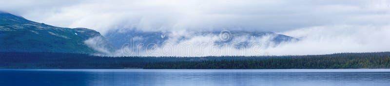 蓝色美丽的湖、云彩和山 免版税库存照片
