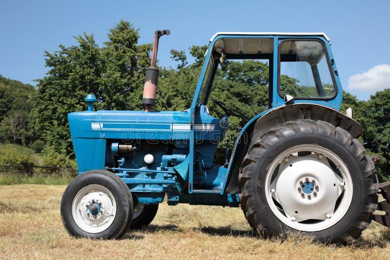 蓝色老拖拉机 库存图片