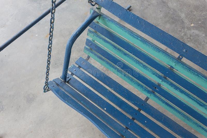 蓝色老门廊的摇摆被绘 免版税库存照片