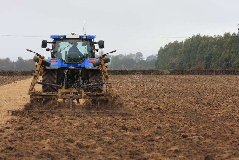 蓝色耕种的拖拉机 库存图片