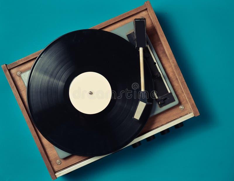 蓝色背景的减速火箭的乙烯基球员 娱乐70s 听音乐 免版税库存图片