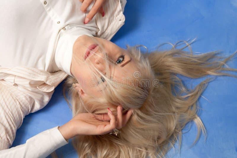 蓝色背景的可爱的少妇 免版税库存图片