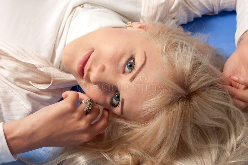 蓝色背景的可爱的少妇 免版税库存照片